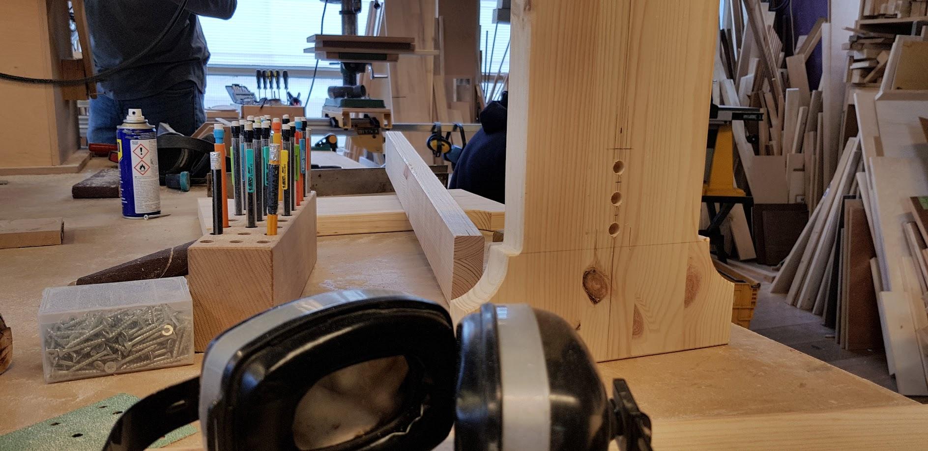 Workshop Meubelmaken zelf meubels maken - je leert het van de experts van klusuniversiteit BeQwaam. Als je heel handig bent dan is er de mogelijkheid om een item in te zagen.